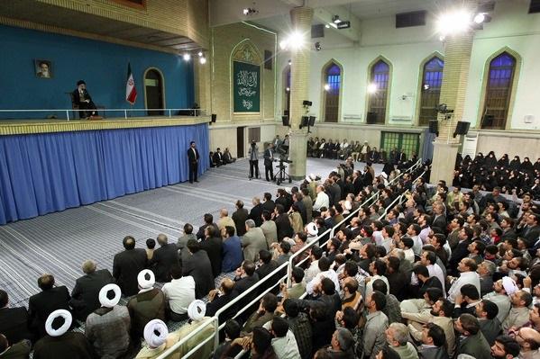 الإمام الخامنئي يدعو الشعوب إلى تعيين مصيرها من خلال المقاومة أمام السلطويين