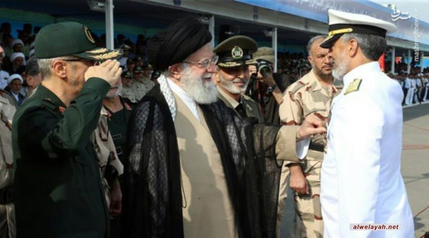 قائد الثورة الإسلامية يمنح الأدميرال سياري وسام الفتح