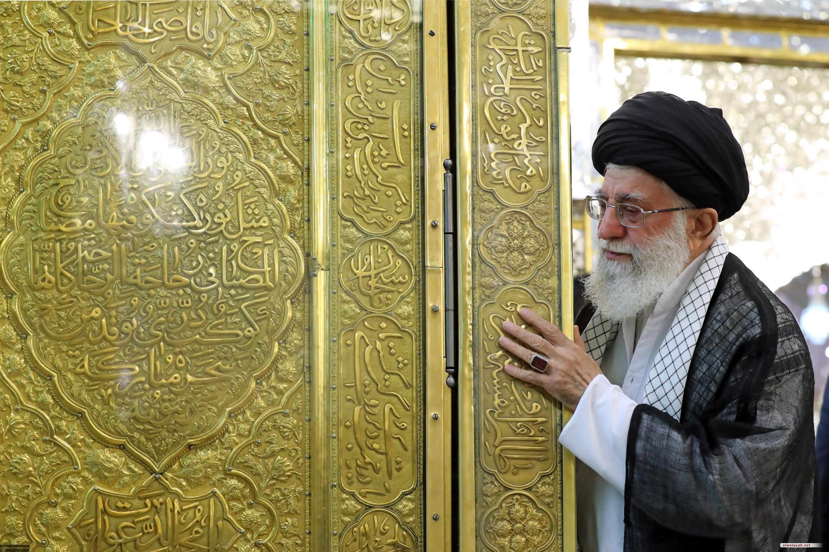 ما هي الآداب التي يوصي الإمام الخامنئي بمراعاتها خلال زيارة الأئمة المعصومين؟